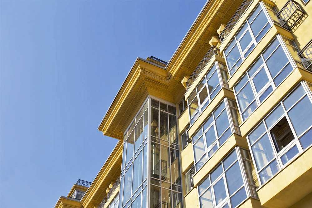 архитектурный фасад, обрамления окон на фасаде здания с помошью стеклофибробетона
