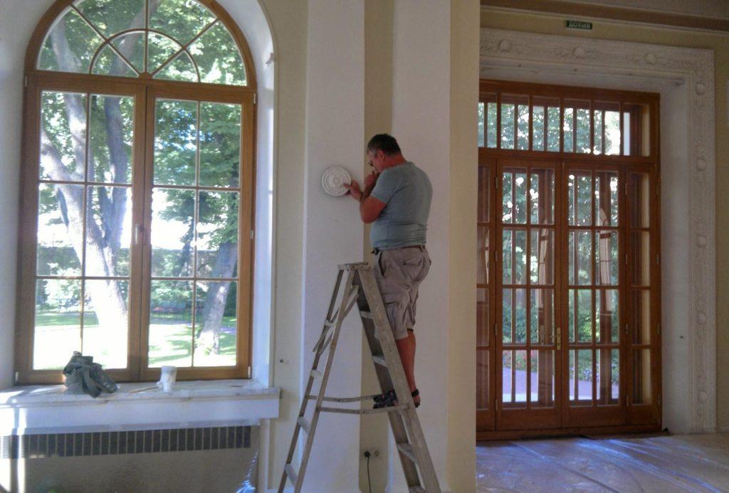 Лепнинавыступаетиз лучших решений в качестве украшения стен, потолка, колонн, балконов, лестничных пролетов и прочих отдельных конструктивных элементов помещения или здания.